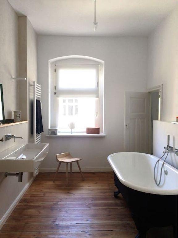 Superschones Minimalistisches Badezimmer Mit Freistehender