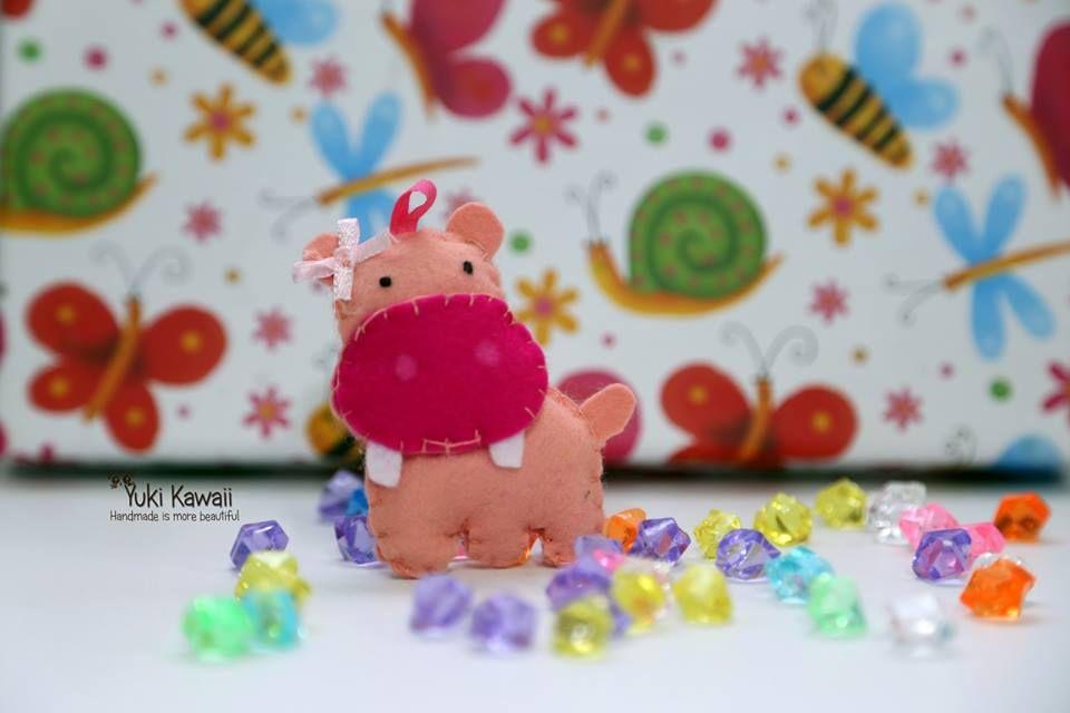 Hippo Pink.    Hey ragazzi, ciao sono Yuki (nome d'arte) !! Mi appassiona tutto ciò che è Handmade ovvero prodotto artigianalmente. Passate dalla mia pagina facebook: https://www.facebook.com/yuki.handmade81   #felt #pannolenci
