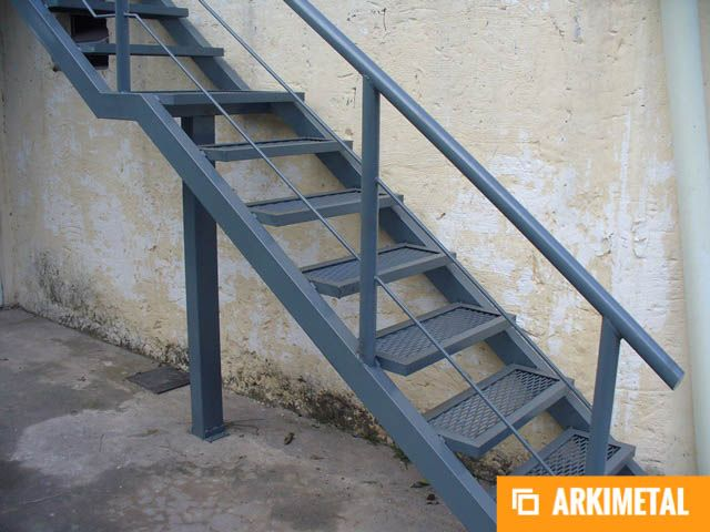 Escaleras de hierro en material desplegado