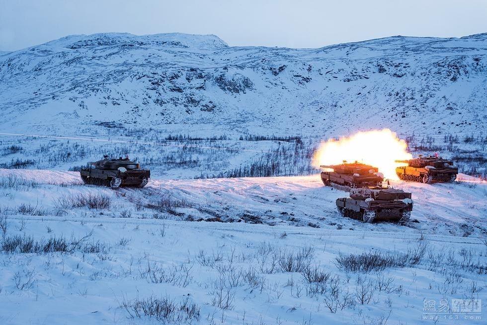 挪威陆军豹2坦克雪原中秀火力_网易军事