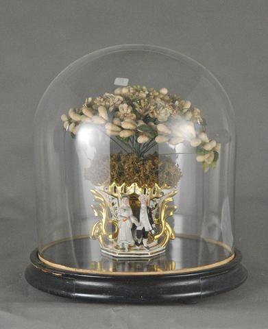 Globe de mariée à base circulaire présentant un vase en porcelaine