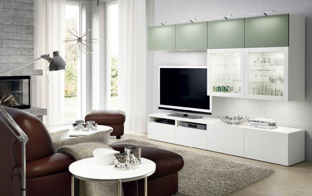 Salón con mueble de TV blanco con cajones blancos y armarios de ...