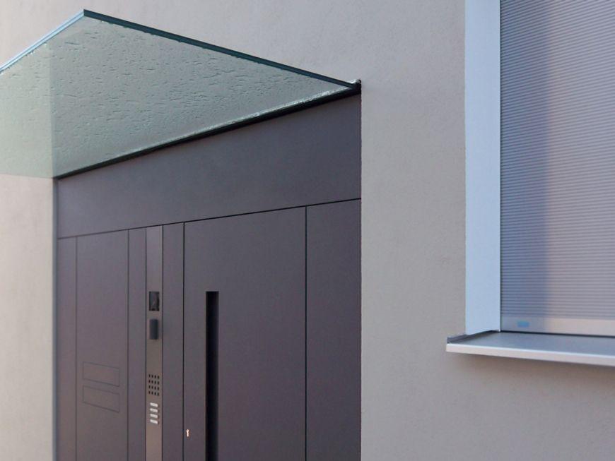 das frei auskragende einseitig eingespannte ganzglas vordach mit liebe zum detail. Black Bedroom Furniture Sets. Home Design Ideas