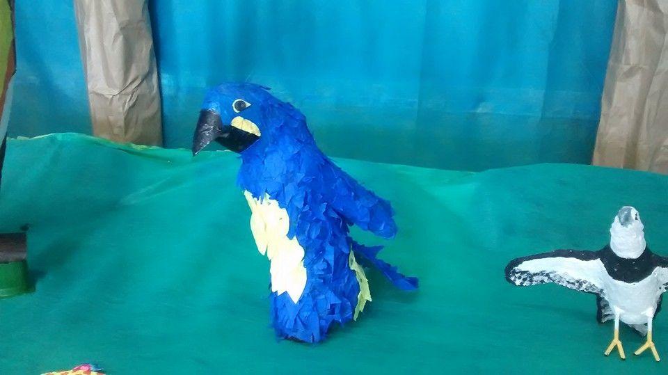Arara Azul - Pet e papel crepom