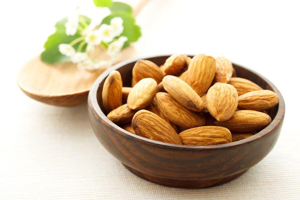 Не можете уснуть?  Миндаль Как и все орехи миндаль насыщен полезными веществами, в том числе магнием, который помогает мышцам расслабиться. Попробуйте за 2 часа до сна съесть хотя бы 50 грамм миндаля и увидите эффект