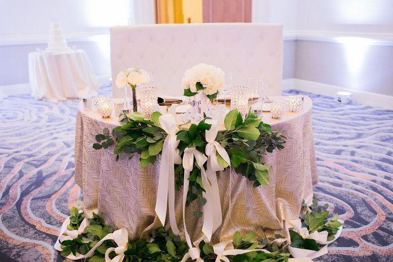 Eleganter Hochzeitsempfang Sweetheart Tisch Mit Strukturiertem Gold Leinen,  Grün Mit Weißen Schleifen, Kleine Weiße