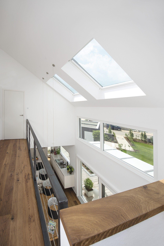 Modernes bungalow innenarchitektur wohnzimmer holz und dunkles metall u  pinteresu