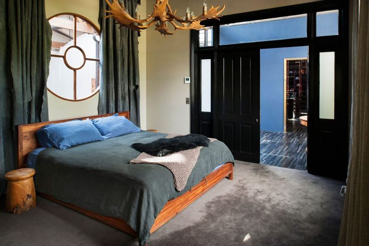 retro-look-industrial-design-schlafzimmer-holz-geweih-lampe