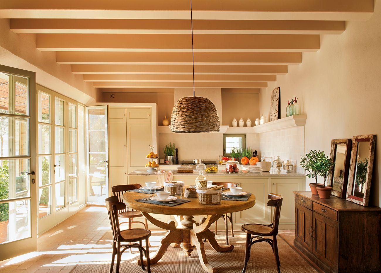 Comedor Y Cocina En Casa R Stica De Color Arena Y Muebles De  # Muebles Faciles Liniers