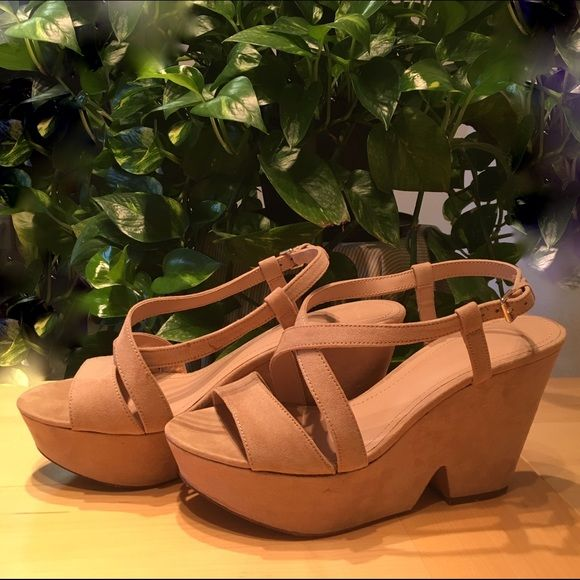 3ba93863c9ec Zara Suede Platform Sandals Beige Zara platforms in suede. Stylish and  comfortable A great neutral to match anything in your closet.
