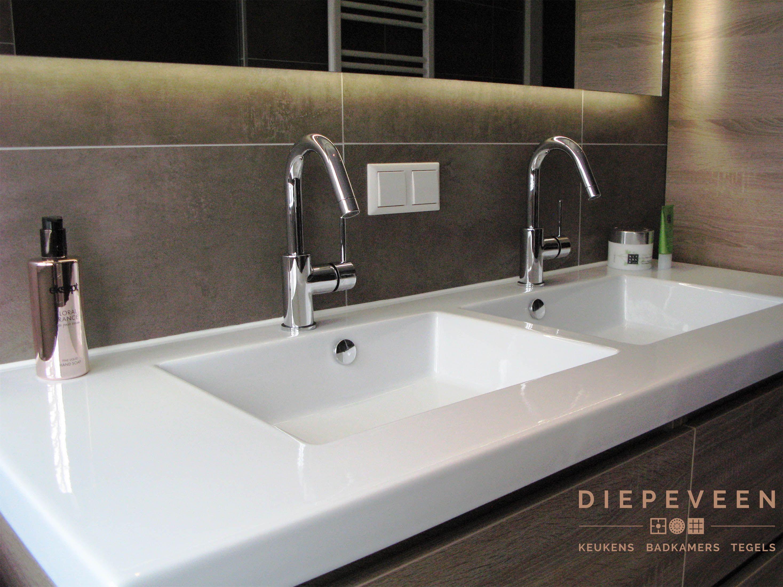 Grote Wastafel Badkamer : Een prachtige badkamer met een ruime wastafel en grote kast