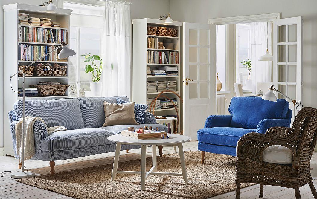 ein helles wohnzimmer im traditionellen stil u. a. mit stocksund ... - Wohnzimmer Blau Weis
