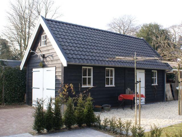 2 zwarte houten schuur met zolder 32m2 tuin pinterest for Houten zwembad bouwen