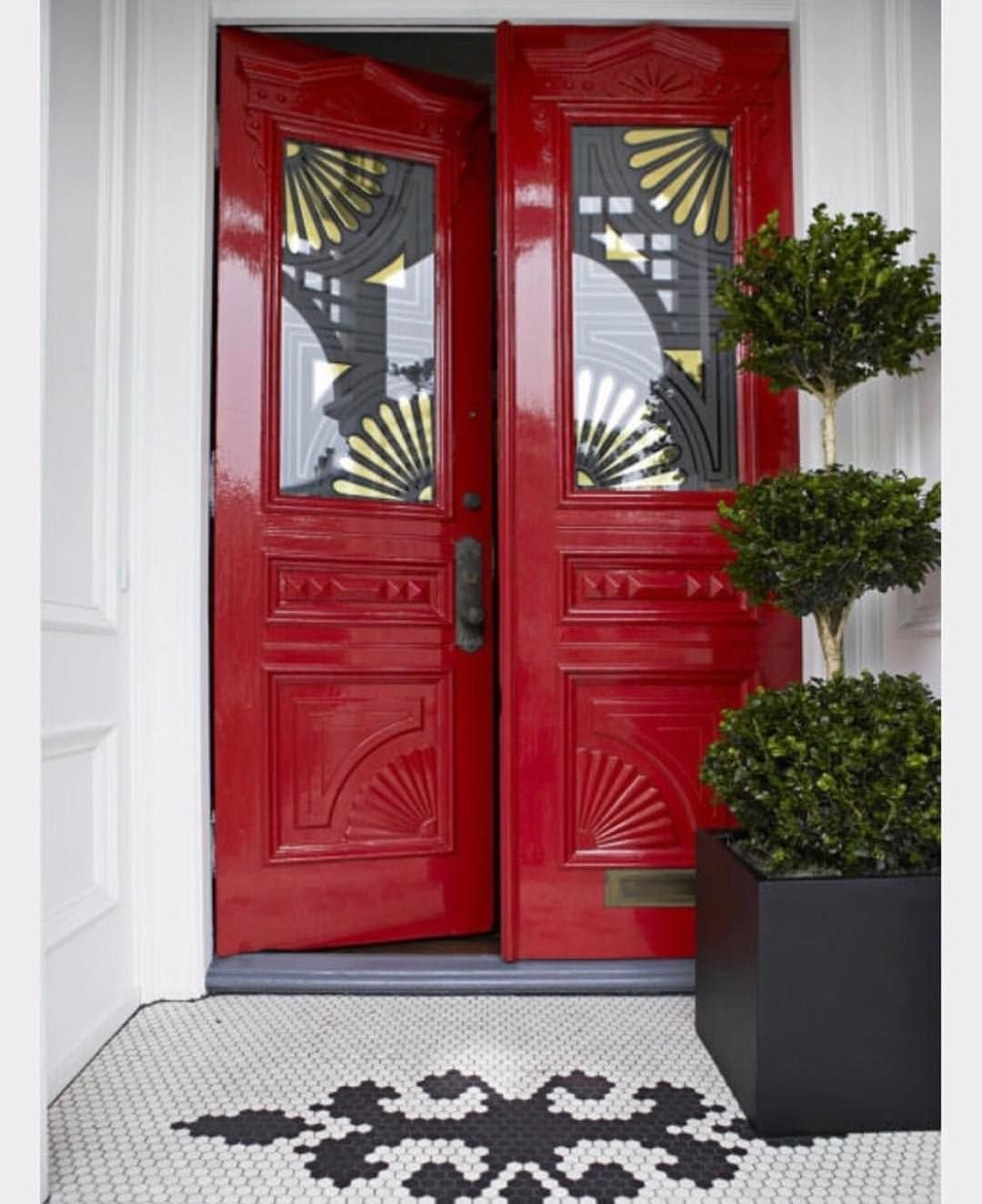 #COLOR TIP: the color of your front door can be the most important color you choose for your home. Choose a color that is bold and confident if you want to stand out. These stunning doors are painted @BenjaminMoore's Caliente AF-290, their Color of the Year for 2018. I love this richer red, it adds more warmth and is an elegant choice !