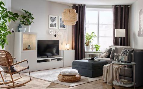 Soggiorno con divano, seduta con contenitore e mobile TV con vetrina ...