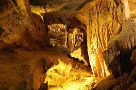 Se llama Ruby Falls, y está dentro de un complejo de cavernas (Lookout Mountain) cerca de Rock City, en Tennessee, Estados Unidos. Fue descubierta al querer construir un paseo turístico en el interior del complejo de las cuevas cercanas (en la excavación para construir un ascensor, se descubre un orificio por el que no pasaba una persona, que conectaba con el sonido de la cascada bajo tierra) . El resto fue explorar, y mejorar las instalaciones para poder ver la cascada Ruby tal como se ve…