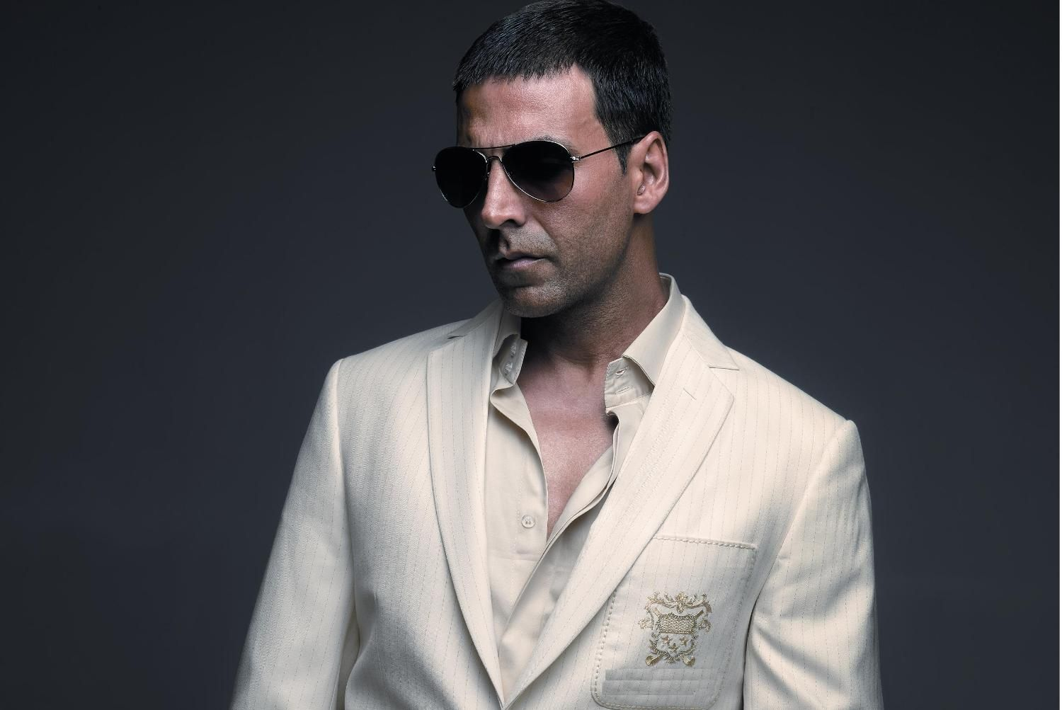 Akshay Kumar Hairstyle And Haircut In Omg His Hairstyle Has Always Been Classic Not Only In This Film Even You Akshay Kumar Bollywood Celebrities Commando 2