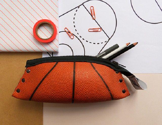 Des ballons de basket recyclés et transformés en sac et en trousse ...