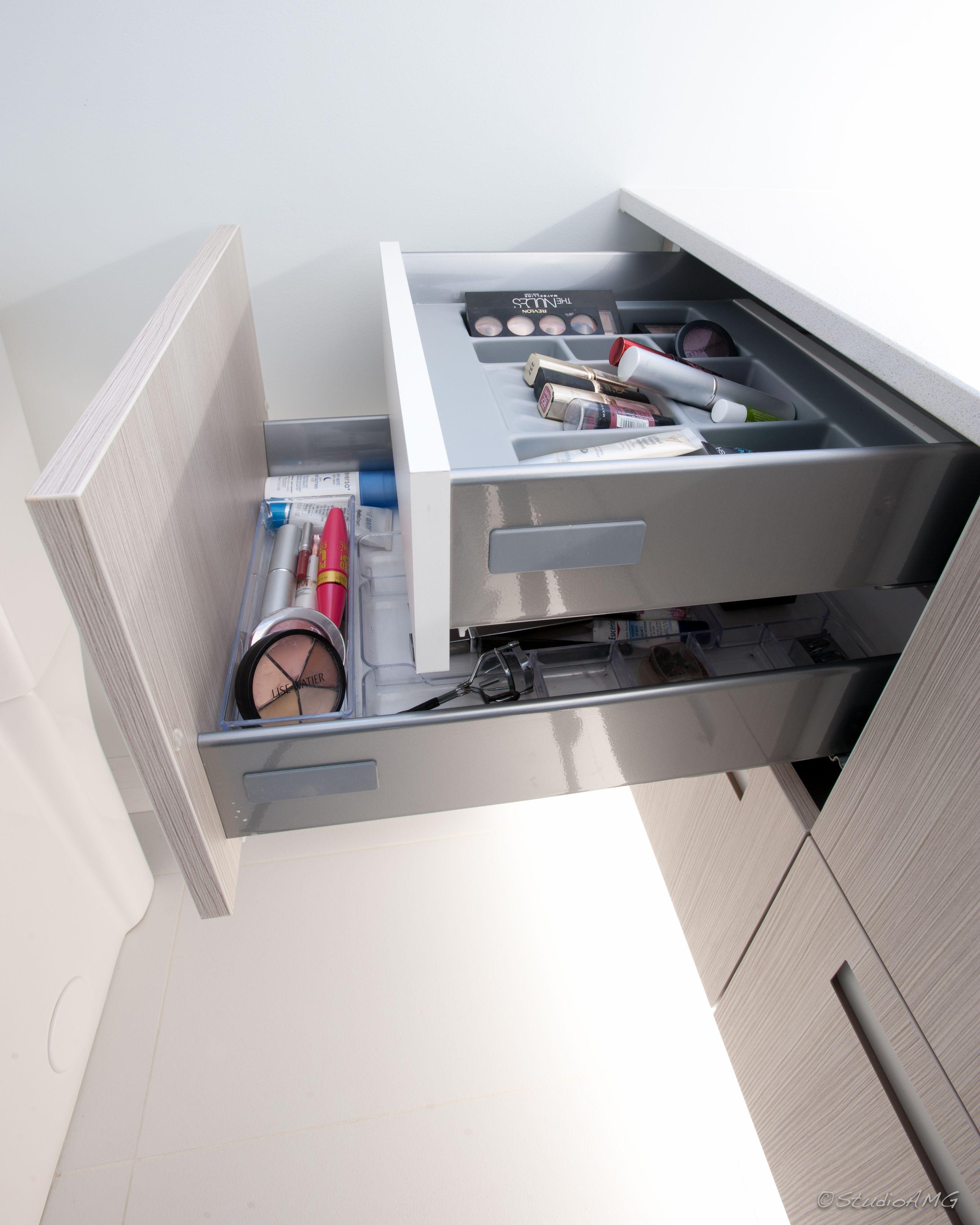 rangements intelligents projet de salle de bain coulisses hettich diviseur maquillage. Black Bedroom Furniture Sets. Home Design Ideas