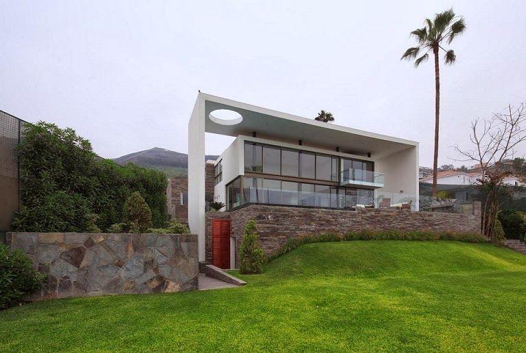 Casa con fachada moderna en la colina jose orrego en for Casa minimalista lima