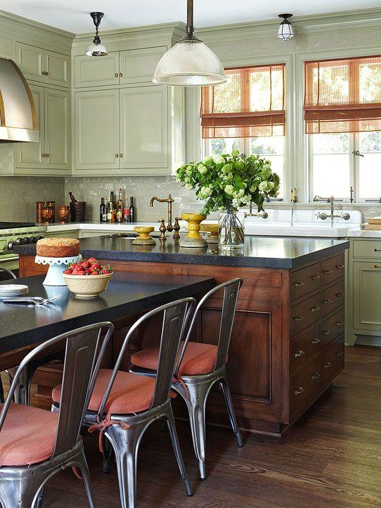 En esta cocina se mezclan piezas industriales (en los elementos de iluminación y sillas de metal) con el mueble tradicional...