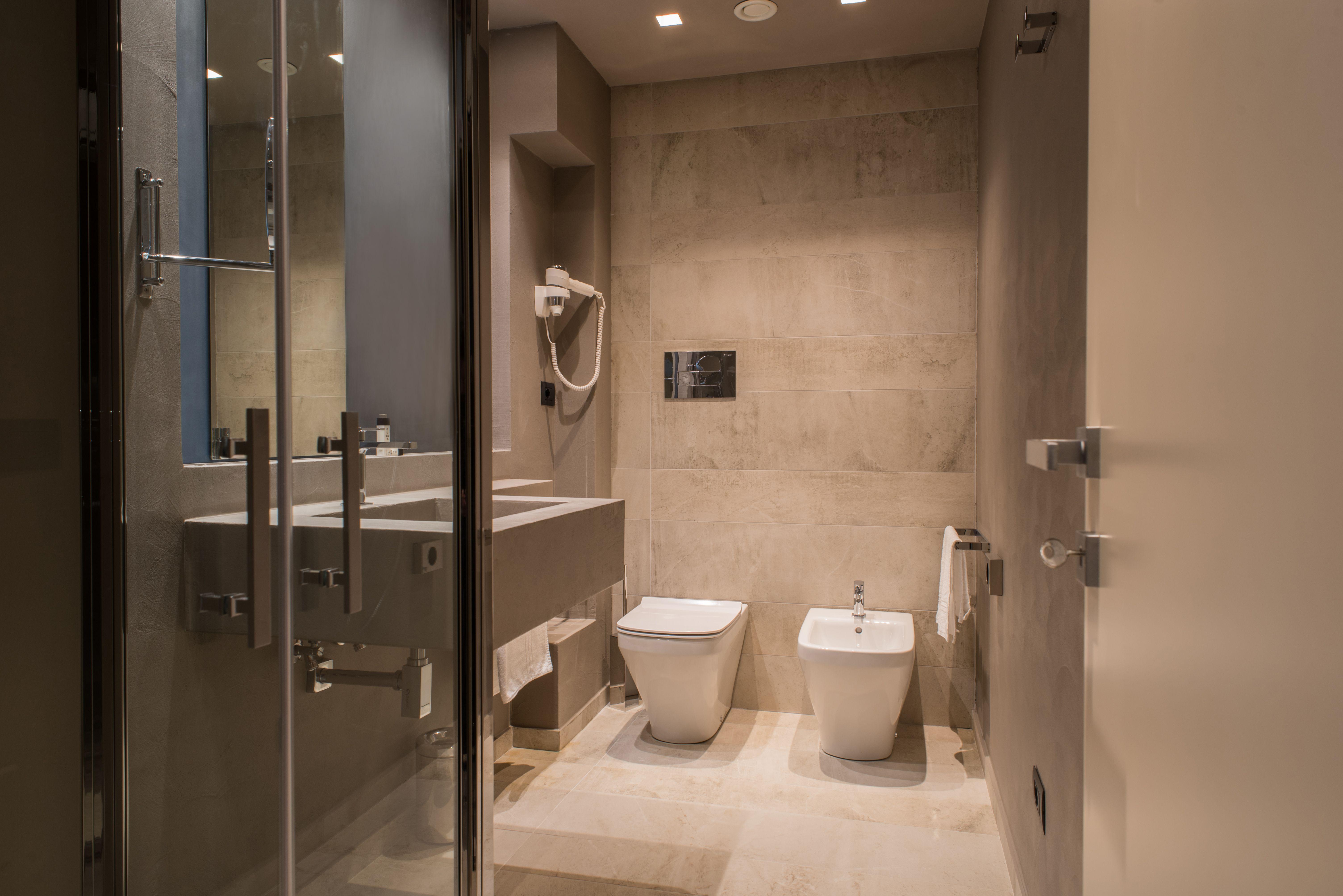 Hotel design bagni realizzati con mattonelle marazzi e resina