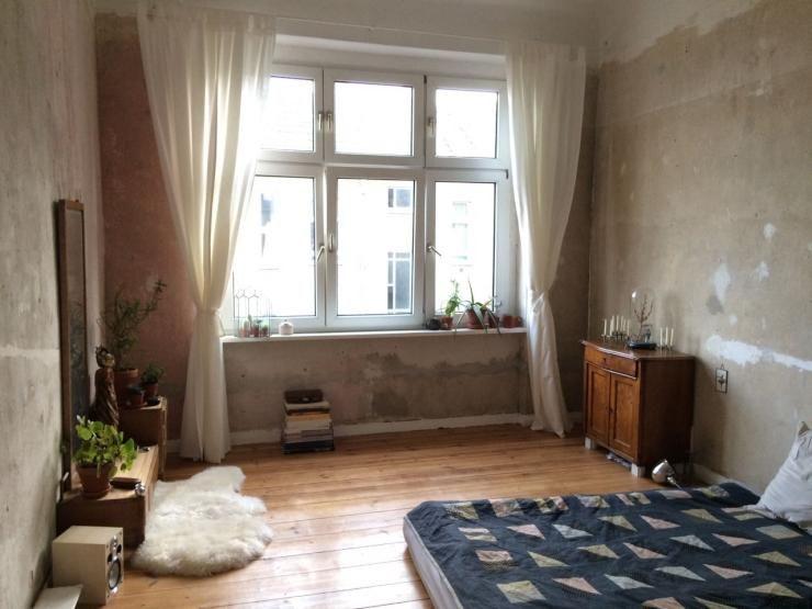 dieses zimmer ist im l ssigen berliner look eingerichtet passend zur stadt rau modern und. Black Bedroom Furniture Sets. Home Design Ideas