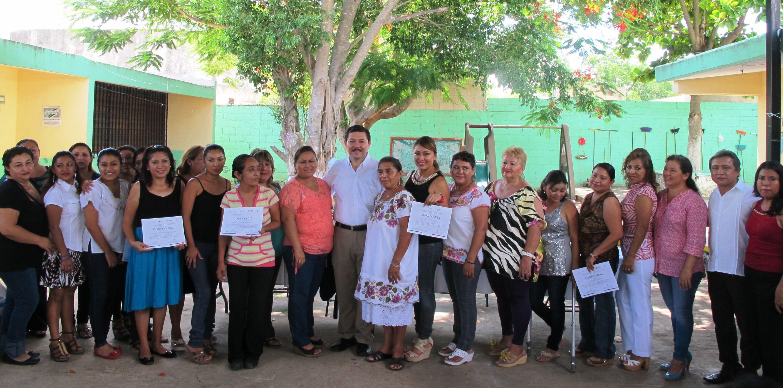 STPS Yucatán imparte curso de pintura textil en Kanasín