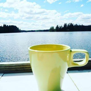 Päiväkahvin aika! Vois sitä kahvia juoda pöllömmissäkin maisemissa ☀😎☕ #päiväkahvi #mökkeily #aikajees #nyttarkeneebikineissäkin