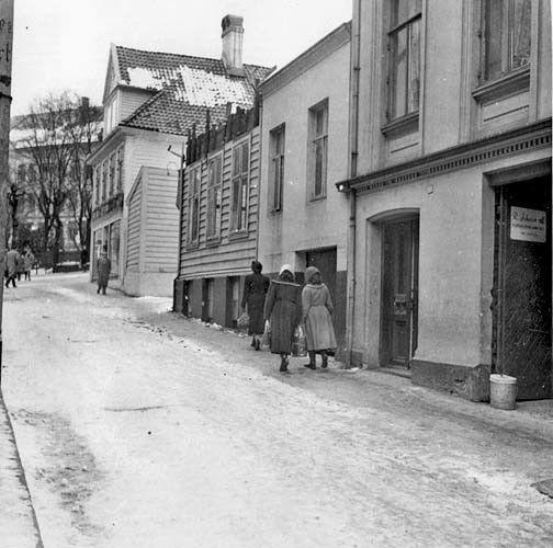 "Hordaland fylke Bergen RIVINGEN I ""SVINESUND..!"" "" – Gamle Nygårdsvei 1958 Foto Gustav Brosing"