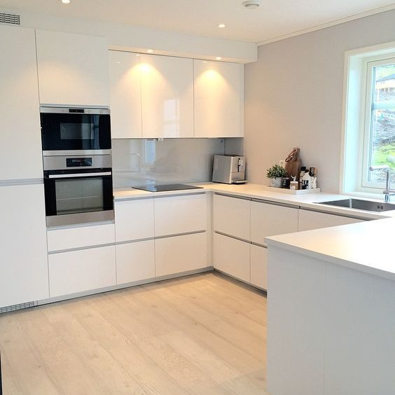 Offene Küche mit Insel weiß grau in Kombi mit Eichenboden und - küchenstudio hamburg wandsbek