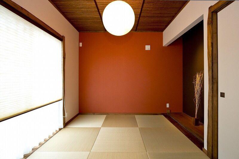 赤色のアクセントクロスと琉球畳でモダンな印象の和室です 天井を代