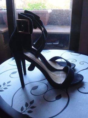 Zapatos de tacón alto con tacto de terciopelo, de la marca JustFab, con  pulsera