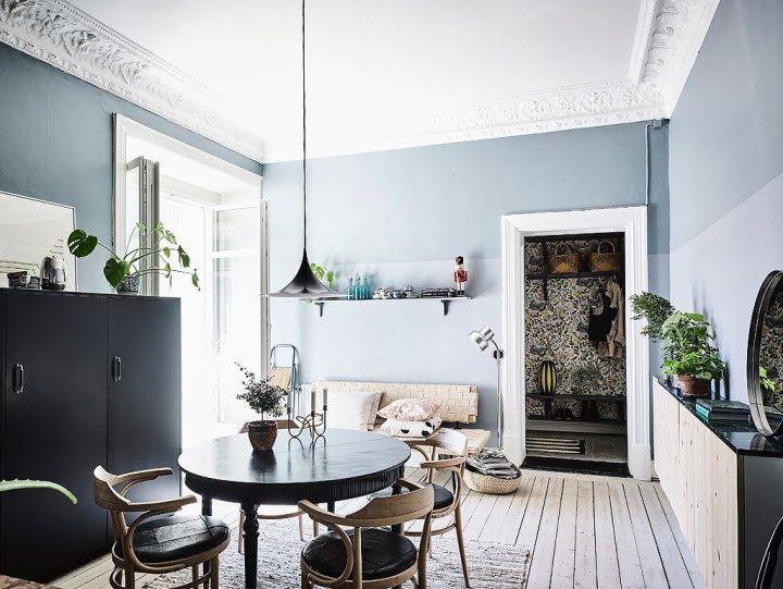 Dormitorio con paredes oscuras y madera natural Interiors, Dining - decoracion con madera en paredes