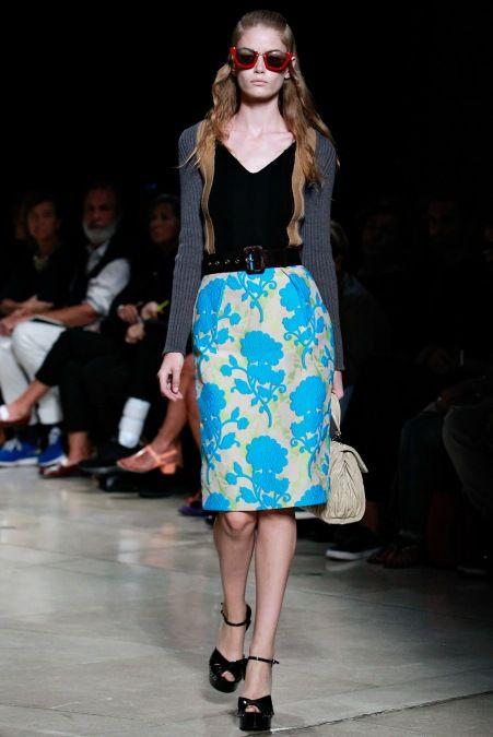 Miu Miu – Paris Moda Haftası 2015 İlkbahar Yaz - 2015 Miu Miu İlkbahar / Yaz 2015 koleksiyonu (Miu Miu Spring 2015 Ready-to-Wear collection) retro motifleri ve özel tasarlanmış baskılı pastel renkleriyle kadınsılığı öne çıkaracak nitelikte…