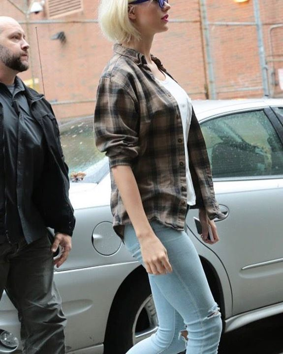 Sharing a new gram // 5.1.16 - Taylor walking around NYC today! #taylorswiftupdates - - - #taylorswift #taylor #swift #swifties #swiftie#1989#shakeitoff#1989worldtour#the1989worldtour @taylorswift @taylornation by official.taylor.swift