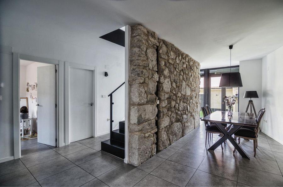 Salón con muro de piedra Paredes Pinterest Articulos - decoracion de paredes
