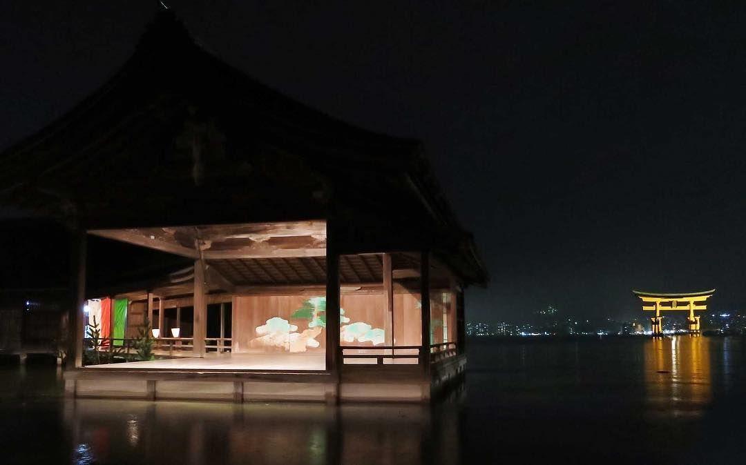 秋の月夜月が満ち潮が満ちた特別な夜海の上に幽玄な舞台が現れました