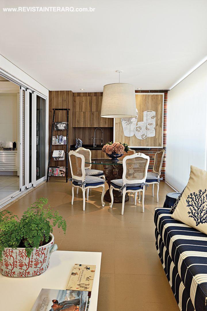 Para esta cobertura, a designer Selma Penna trabalhou com equilíbrio visual e aconchego. Veja o projeto complete no site: http://www.comore.com.br/?p=25243 #revistainterarq #selmapenna #belezaeaconchego #projeto #varanda #arquitetura #interarqinterior #architecture #archdaily #cool #contemporary #decor #design #decoration #home #homestyle #instadecor #instahome #homedecor #interiordesign #lifestyle #modern #ideas #interiordesigns #luxuryhome #inspiration #homedesign #decoracao #interiors