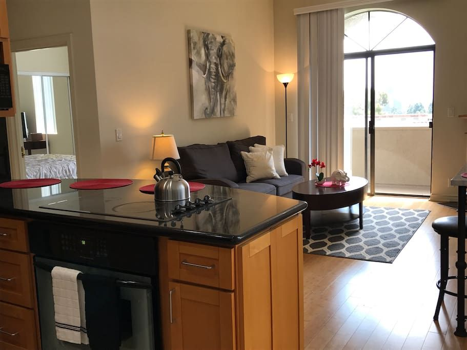 Entire Home Apt In Los Angeles United States This Clean And Very Well Lit 2 Bdrm 1 Bth Apt Has A Queen Bed Twin Beds Kitchen Nook Home Apartments For Rent