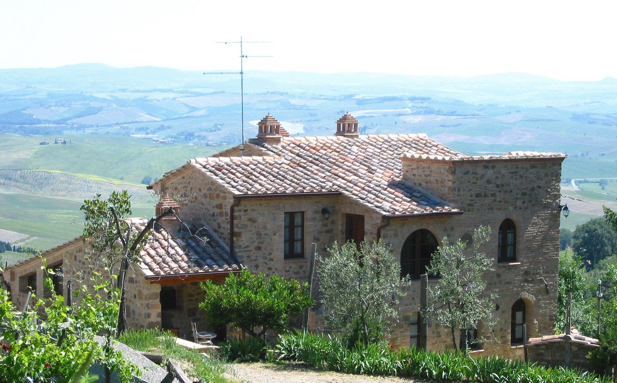 Montalcino, agriturismo La Casella e la la Val D'Orcia alle spalle ...