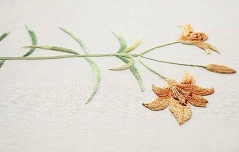 #야생화자수 #날개하늘나리 #꿈소 #꿈을짓는바느질공작소  #자수 #자수타그램 #embroidery #handembroidery #embroideryart #threadpainting #needlepainting #hoopart #stitchart #dmc #wildflowers #siberianlily #handmade
