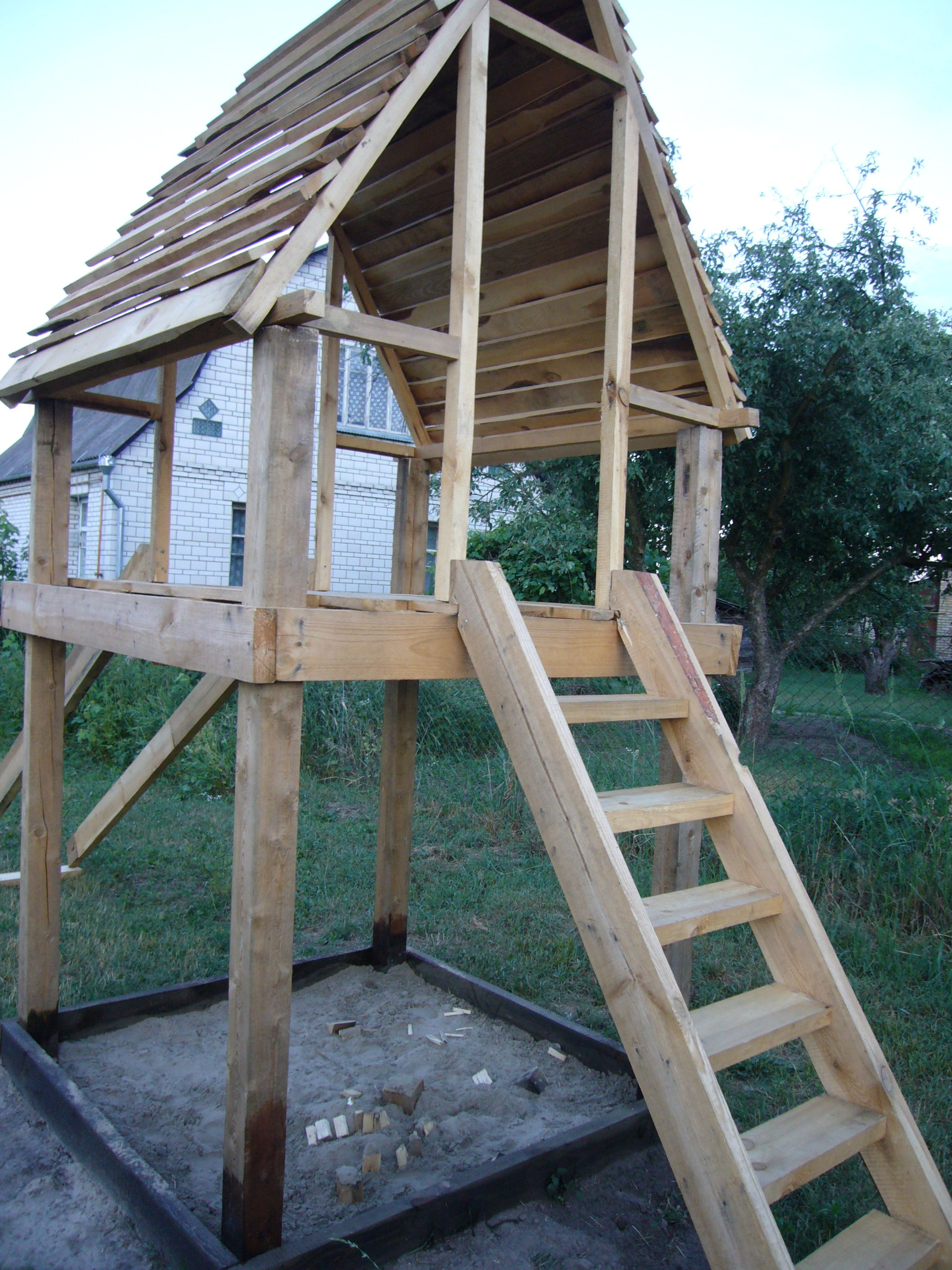 Diy project playhouse with slide wood playhouse for Simple outdoor playhouse plans