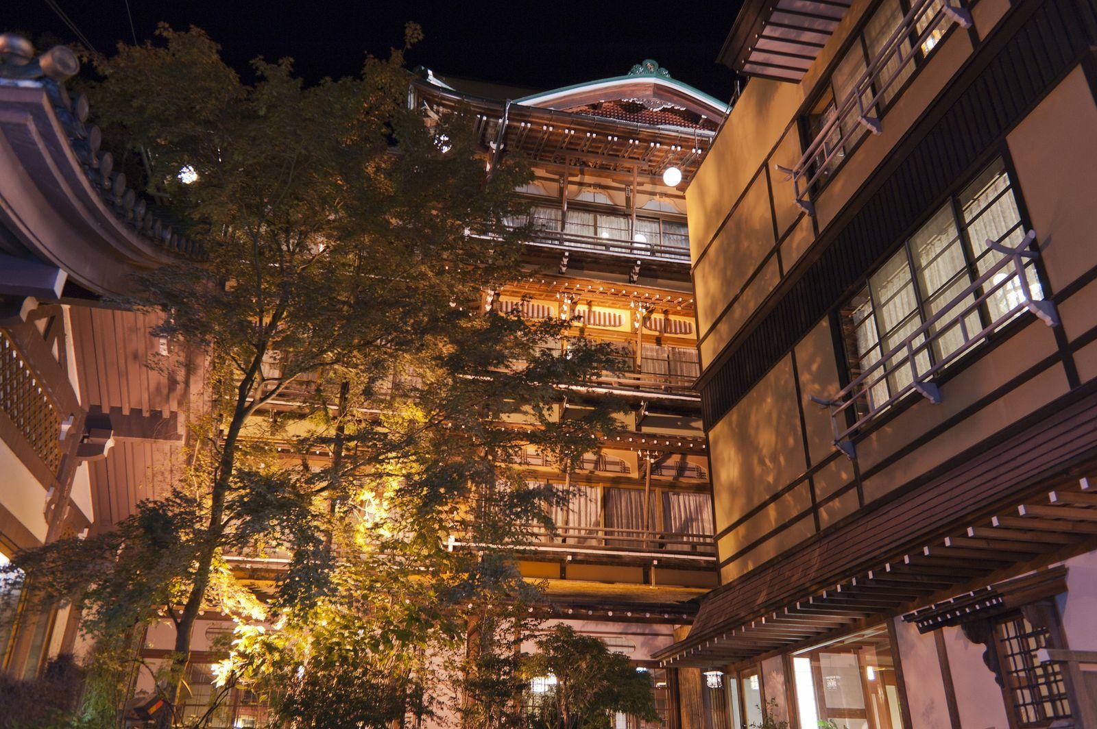 千と千尋の神隠しの舞台となった台湾の九份は有名ですが 他にも油屋のモデルとなった温泉旅館があるという 噂は噂ですが そう言われる程の老舗旅館が長野にあるのです オレンジ色に輝く古びた温泉旅館はまるで あの 世界 旅行 旅 観光旅行
