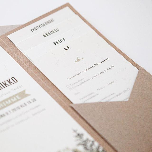 Nämä ihanat rustic woodland-teemaiset kortit kutsuvat häihin Ranskan Alpeille  #häät #häät2016 #hääkutsu #hääkutsut #makea_design #makeadesign #bröllop #inbjudan #weddinginvitation #weddings
