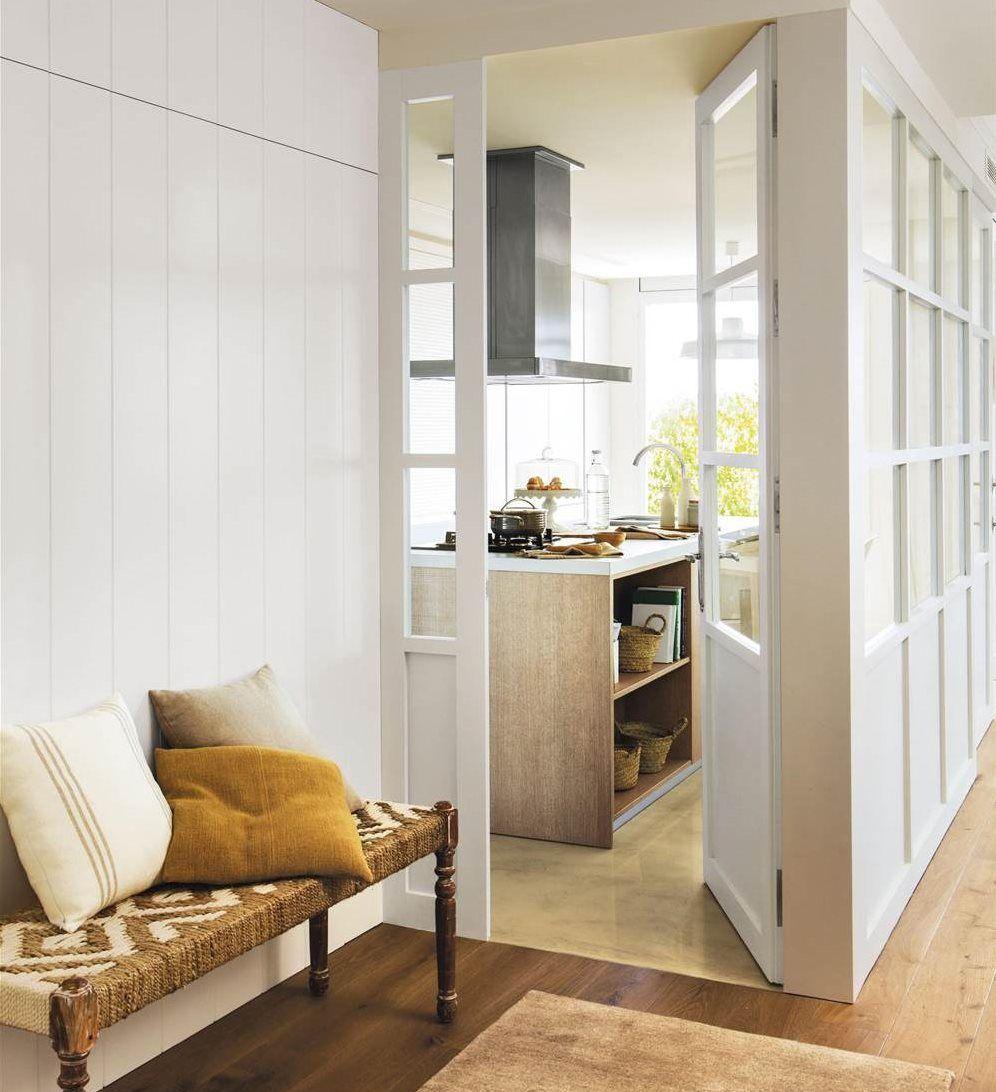 Recibidor con pared forrada en madera blanca y puertas de - Paredes economicas ...