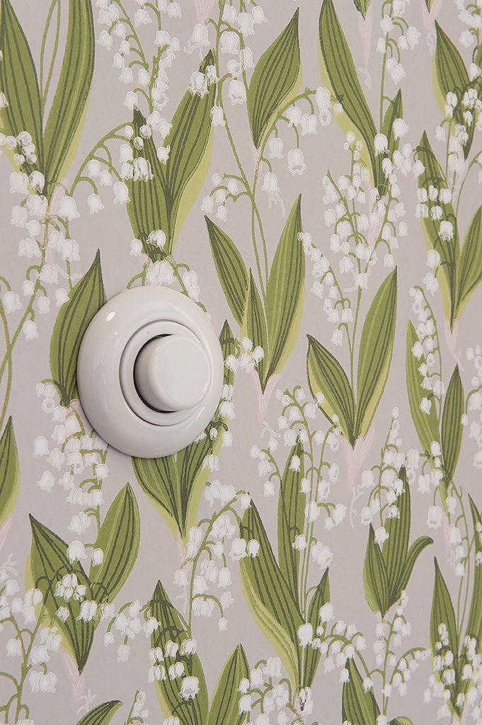Liljekonvaljer på väggen