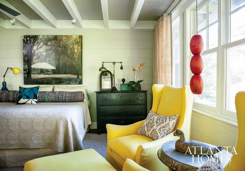 Keltainen talo rannalla: Valkoista, vanhaa ja värikästä