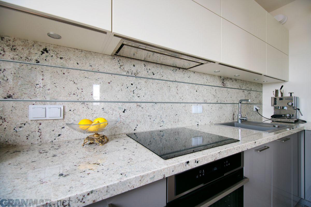 Colonial White To Granit O Krystalicznej Jasnej Barwie W Jego Strukturze Przenikaja Sie Delikatne Pastelowe Kolory Rozu I Miety Prak Kitchen Decor Home Decor