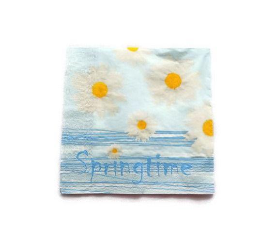 serviette papier motif marguerites sur fond bleu